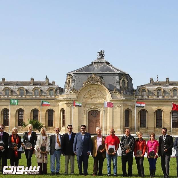 الأمير عبدالعزيز بن احمد مع المنظمين في حفل الختام