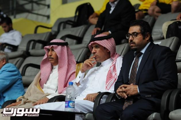 السفير السعودي بجوار رئيس البعثة السعودية ومسؤول المراسيم في السفارة