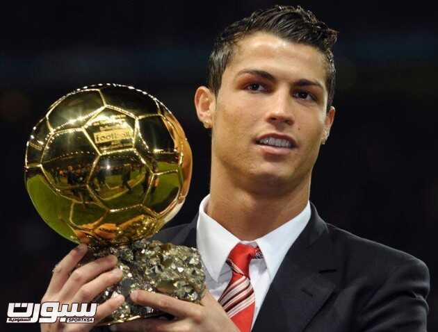 FOOTBALL - CHAMPIONS LEAGUE 2008/2009 - GROUP STAGE - GROUP E - MANCHESTER UNITED v AALBORG BK - 10/12/2008 - CRISTIANO RONALDO (MAN) WITH THE GOLDEN BALL - PHOTO JASON CAIRNDUFF / ACTION IMAGES / FLASH PRESS