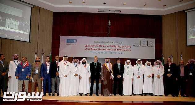 الامير خالد يتوسط اعضاء هيئة التدريس بجامعة الملك سعود